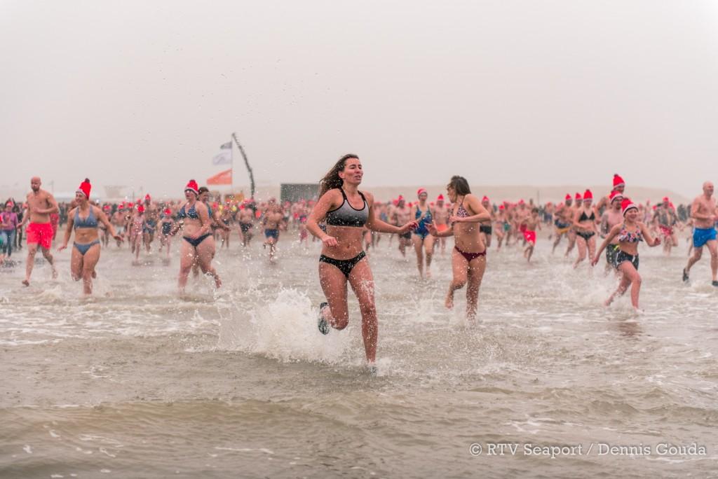 Massale nieuwjaarsduik in IJmuiden